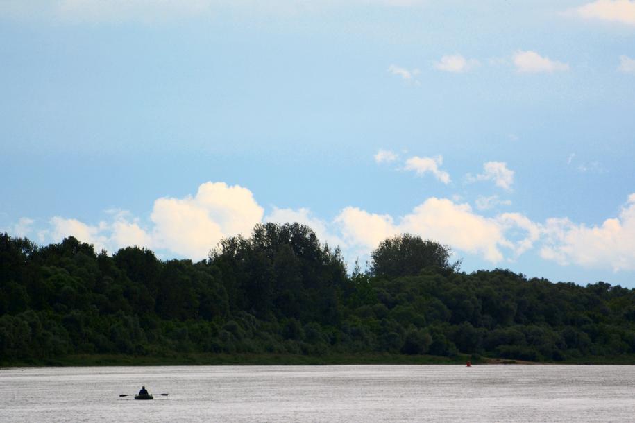 Рыбак в лодке на реке Оке