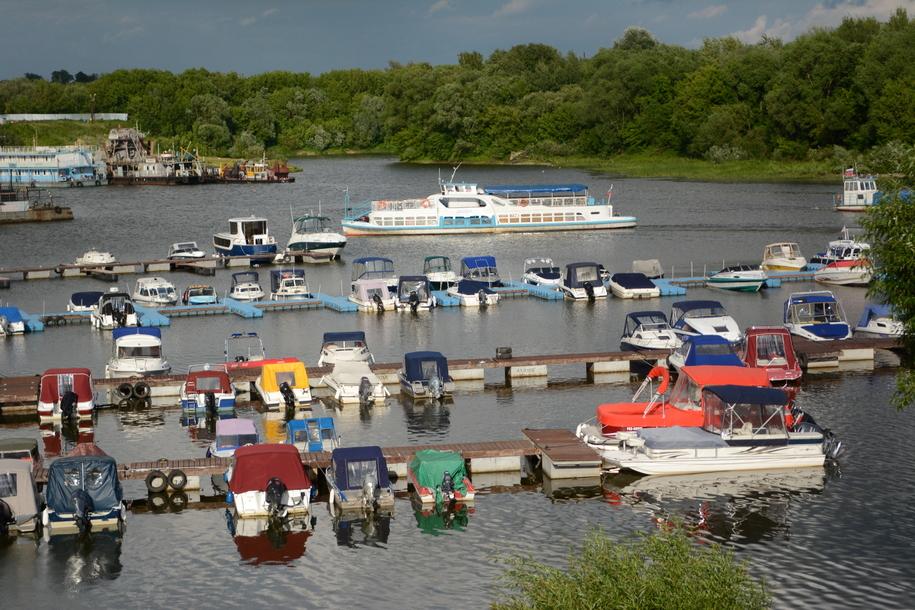 Катера и яхты на стоянке в порту Серпухов