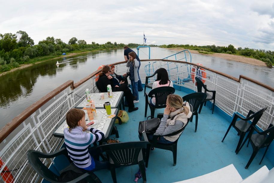 Туристы на катере Дружба на реке Оке