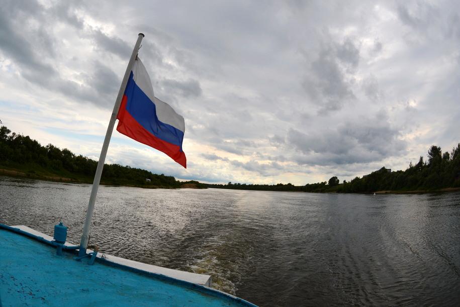 Российский флаг на катере Дружба