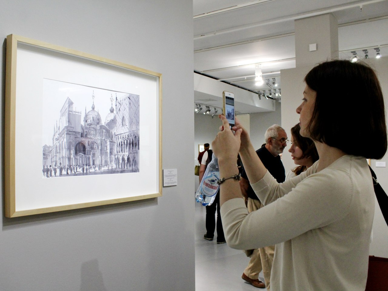 Посетительница на выставке архитектора Сергея Кузнецова