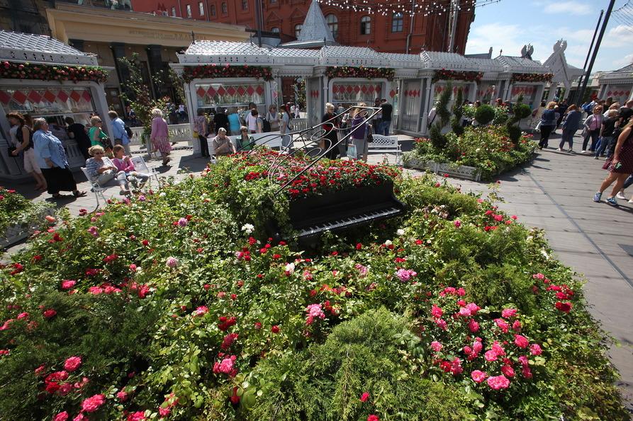 Рояль в цветах на Площади революции