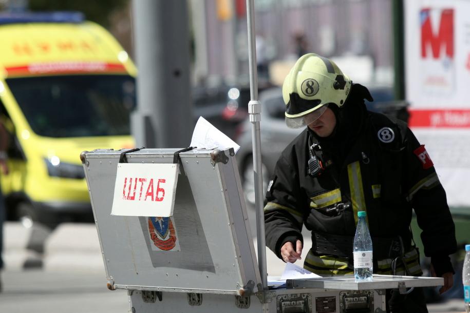 Пожарный в штабе по тушению пожара