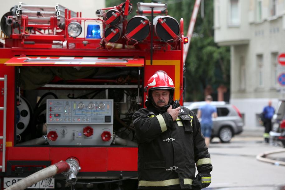 Пожарный у автомобиля