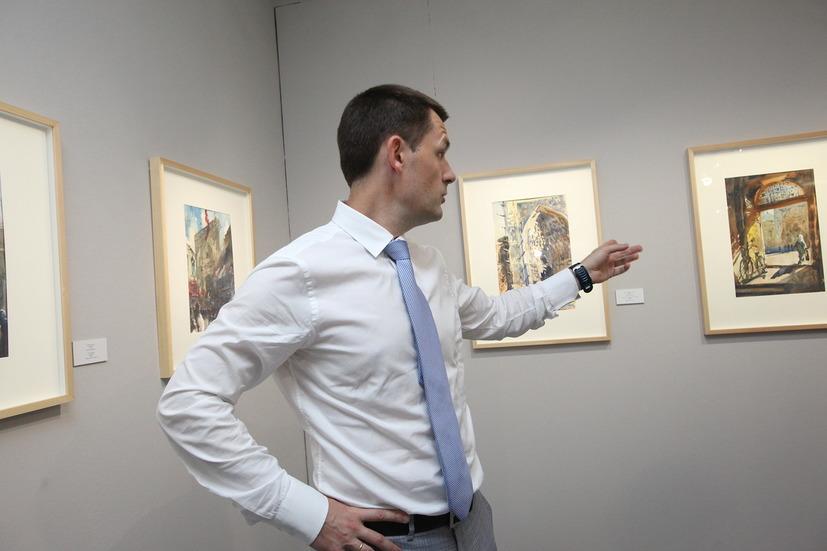 Главный архитектор Москвы Сергей Кузнецов у своих акварелей
