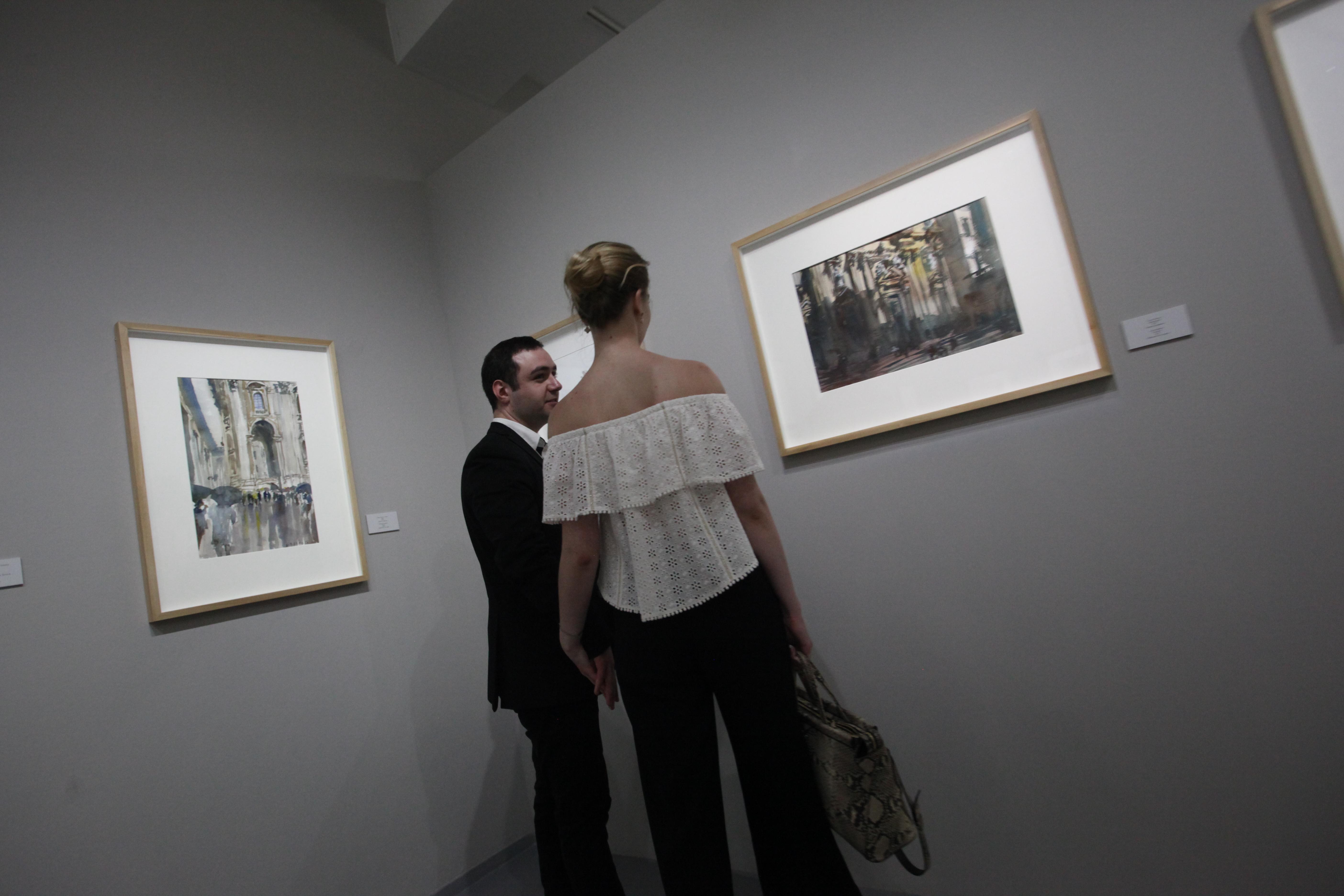 Посетители на выставке архитектора Сергея Кузнецова