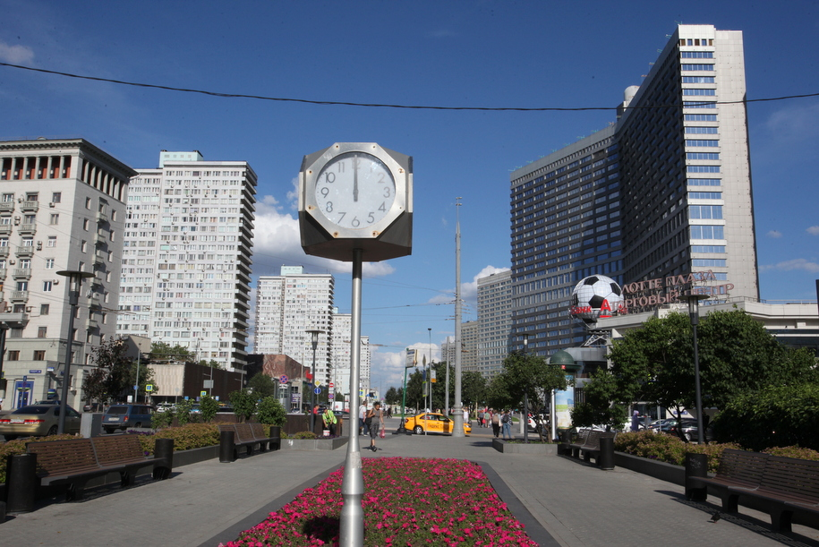 Уличные часы на пересечении Новинского бульвара и Нового Арбата