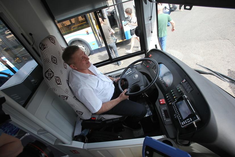 Водитель в кабине электробуса