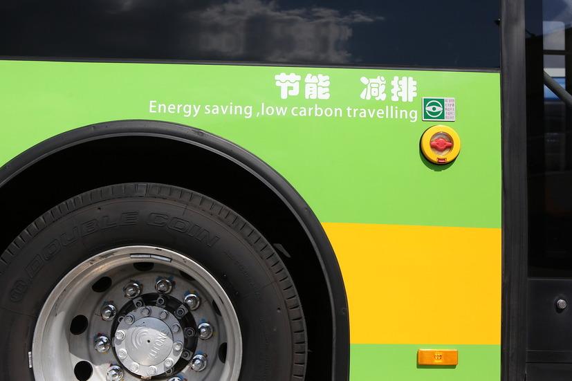 Борт электробуса с надписью и колесо