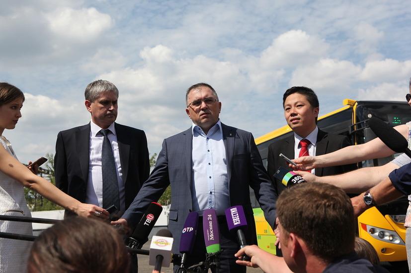 Представители компаний Мосгортранс и Yutong перед тестированием в Москве электробусов