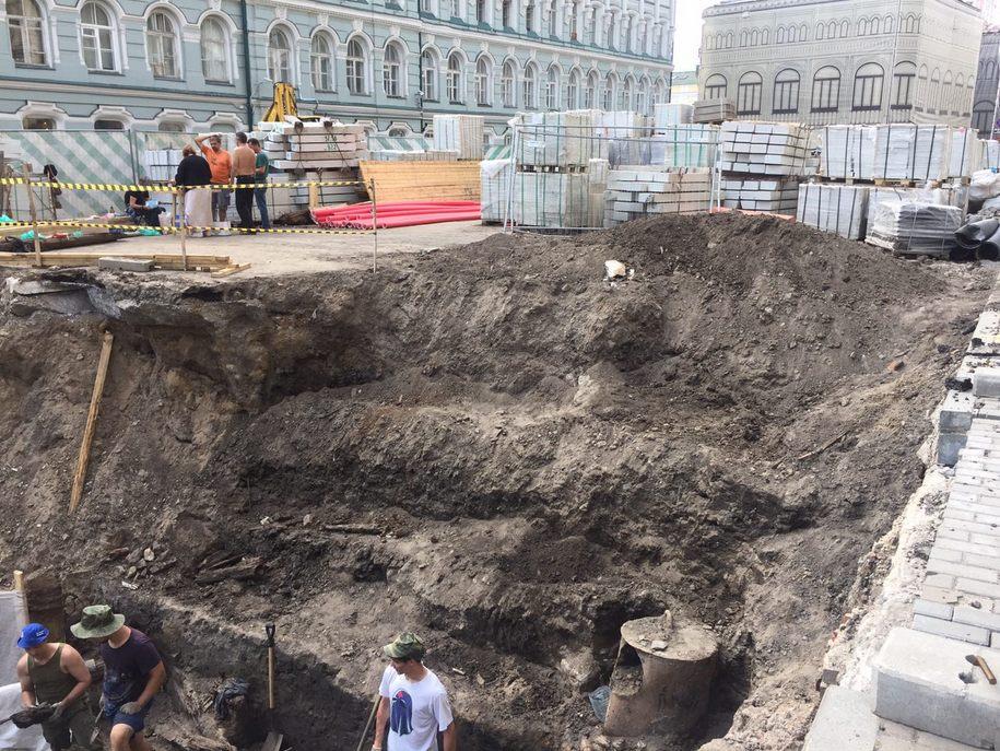 Археологи во время раскопок на Биржевой площади