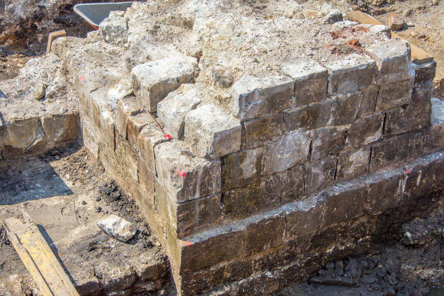 Раскопки на Биржевой площади продлят на месяц