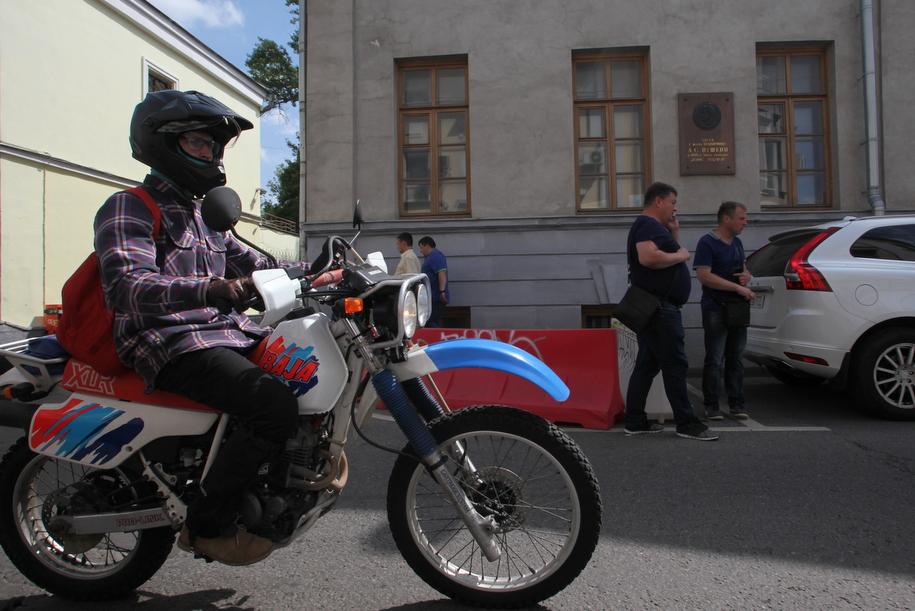 Мотоциклист перед домом Веневитиновых в Кривоколенном переулке
