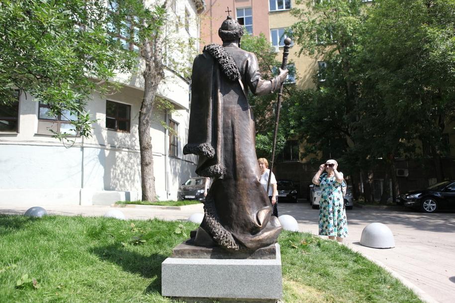 Прохожие у памятника Ивану Грозному в Петроверигском переулке