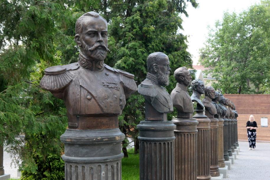 Бронзовые бюсты деятелей российской истории на Аллее правителей в Петроверигском переулке