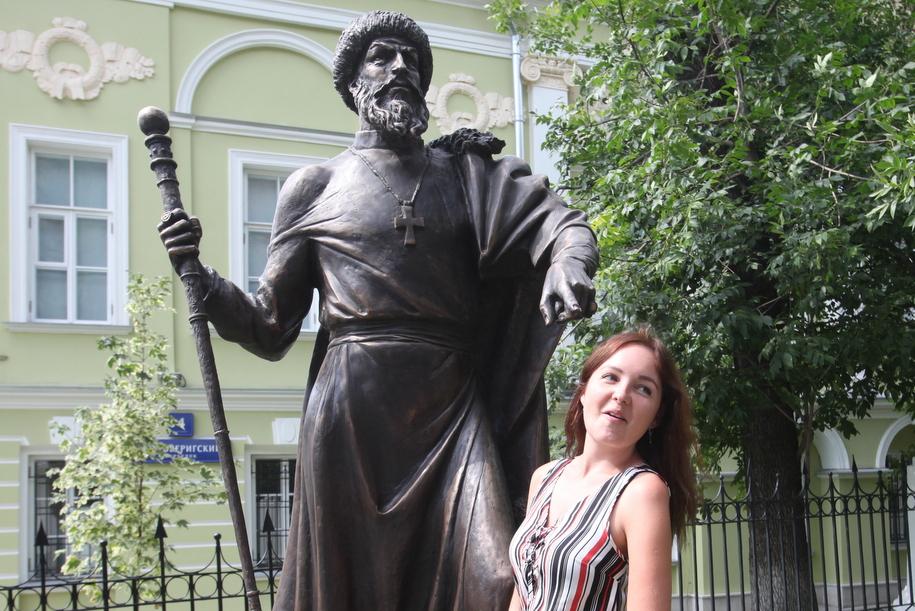Девушка у памятника Ивану Грозному в Петроверигском переулке