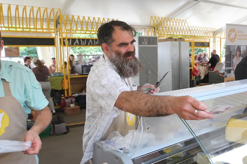 Покупатель сыра на ВДНХ