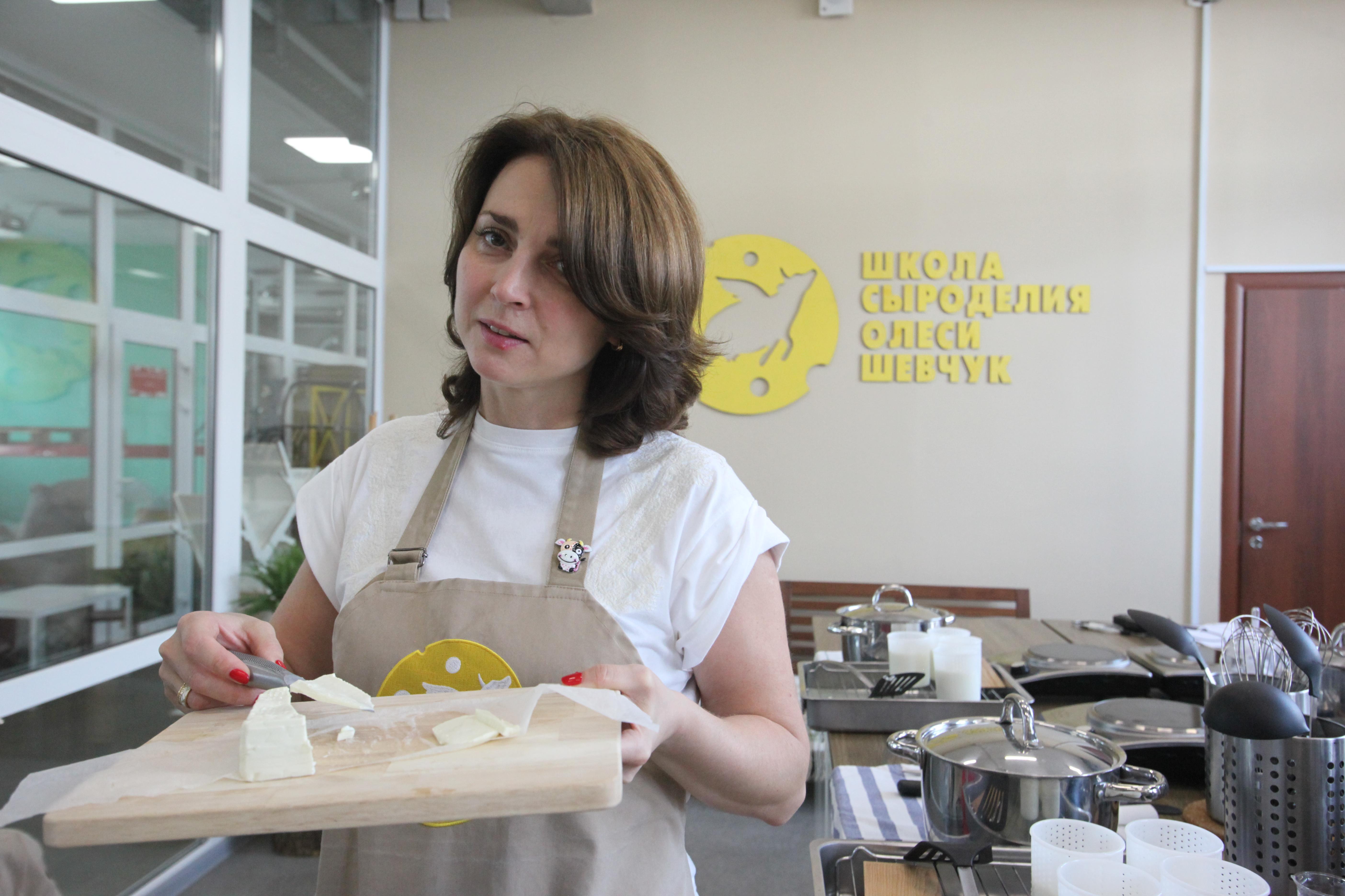 Продавец сыра с продуктом на разделочной доске