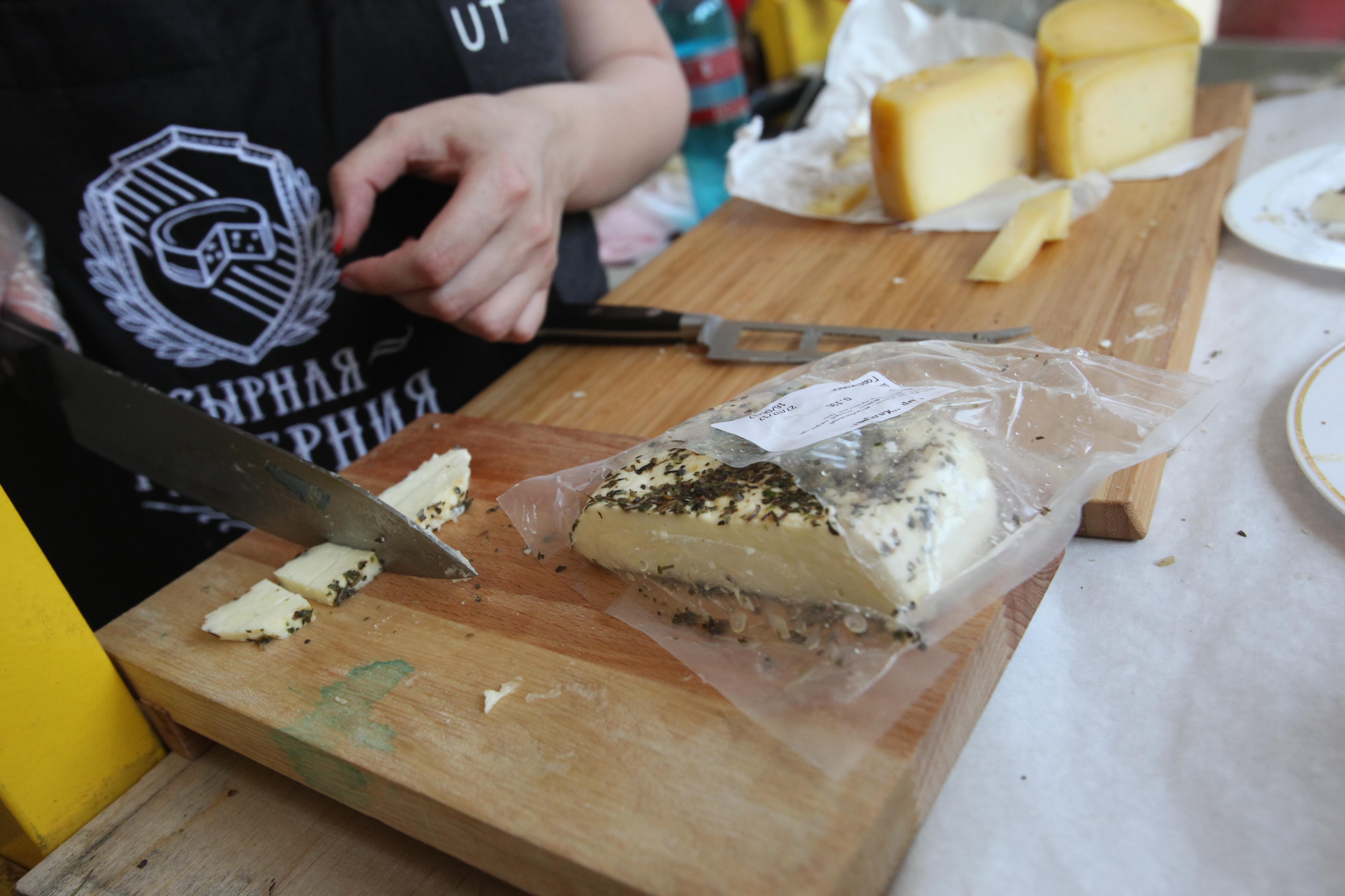 Сыр на деревянной разделочной доске