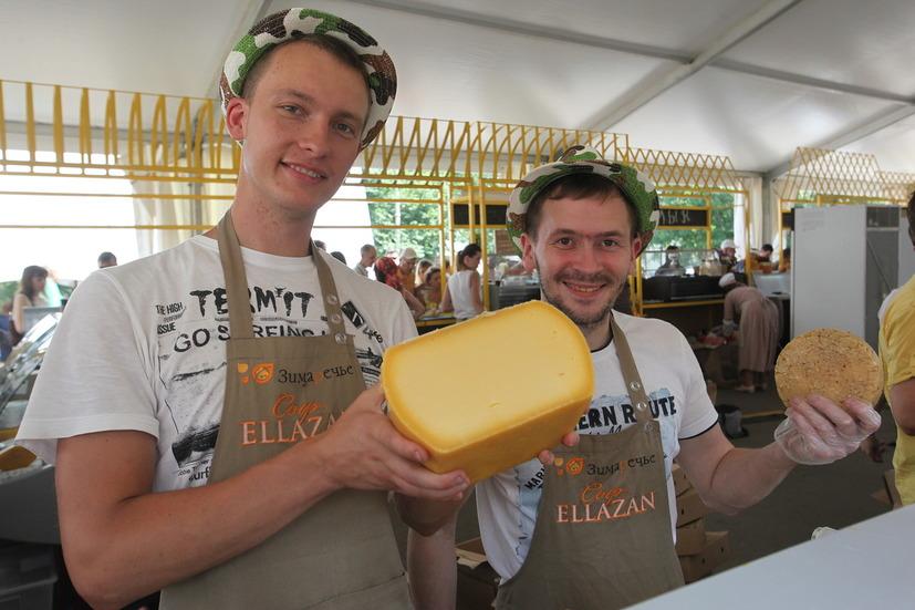 Продавцы сыра со своим продуктом