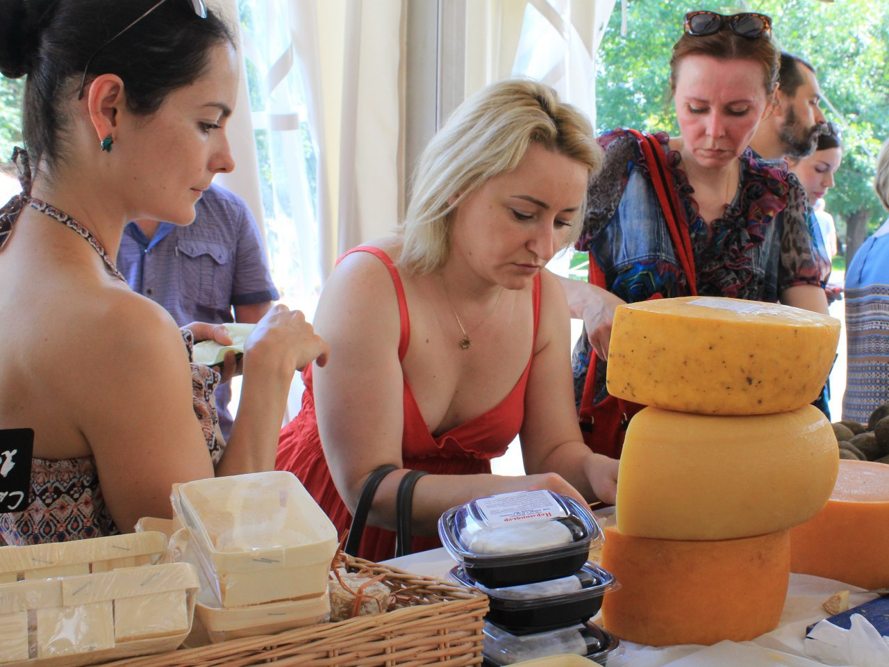 Торговый прилавок с сыром