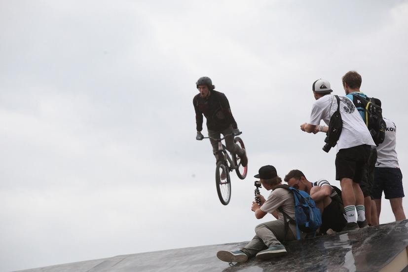 Экстремальная езда на велосипеде на фестивале Moscow City Games в Лужниках