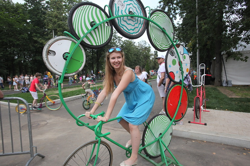Девушка на необычном велосипеде на фестивале Moscow City Games в Лужниках