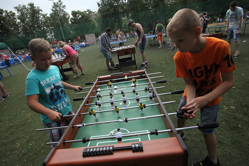 Дети  у игры настольный футбол на фестивале Moscow City Games в Лужниках