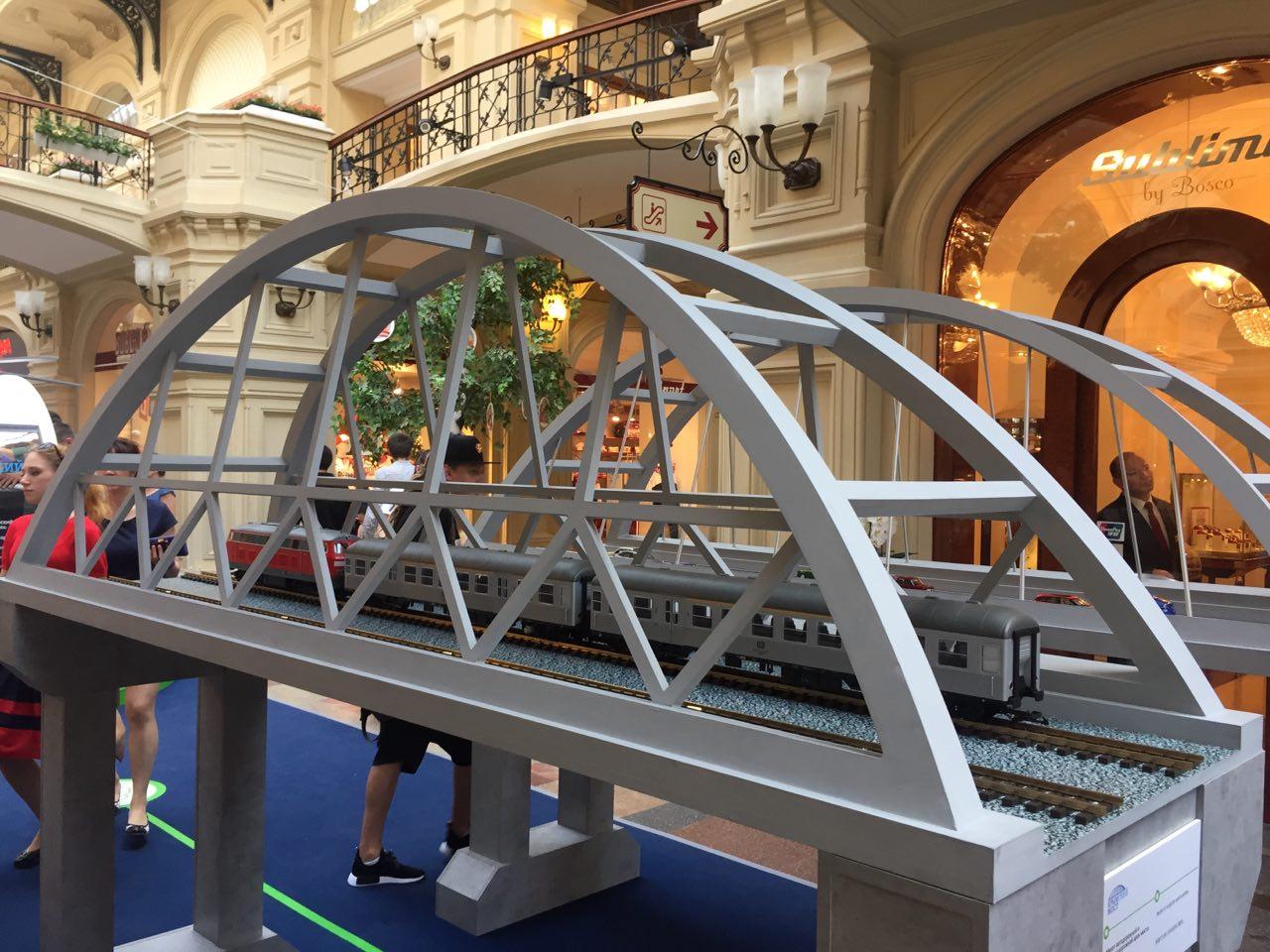 Макет Крымского моста и поезда на выставке в ГУМе