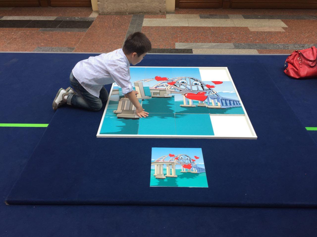 Ребенок и 3-д макет Крымского моста