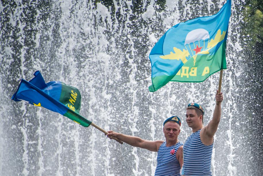 Десантники в День ВДВ в парке у фонтана с флагами