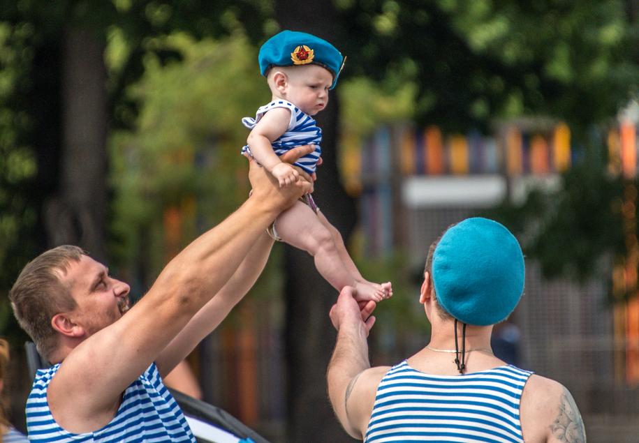 Десантники и ребенок в тельняшке в парке в День ВДВ