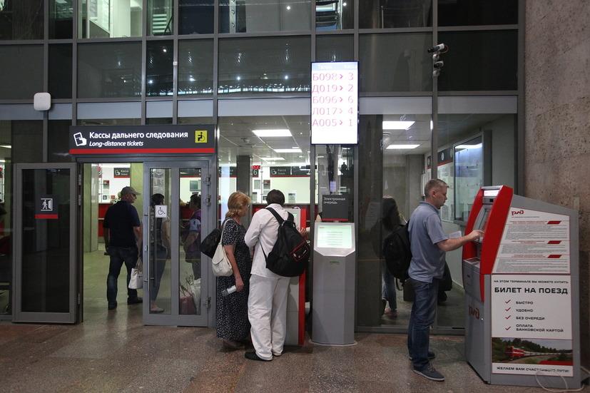 Пассажиры у терминалов электронной очереди