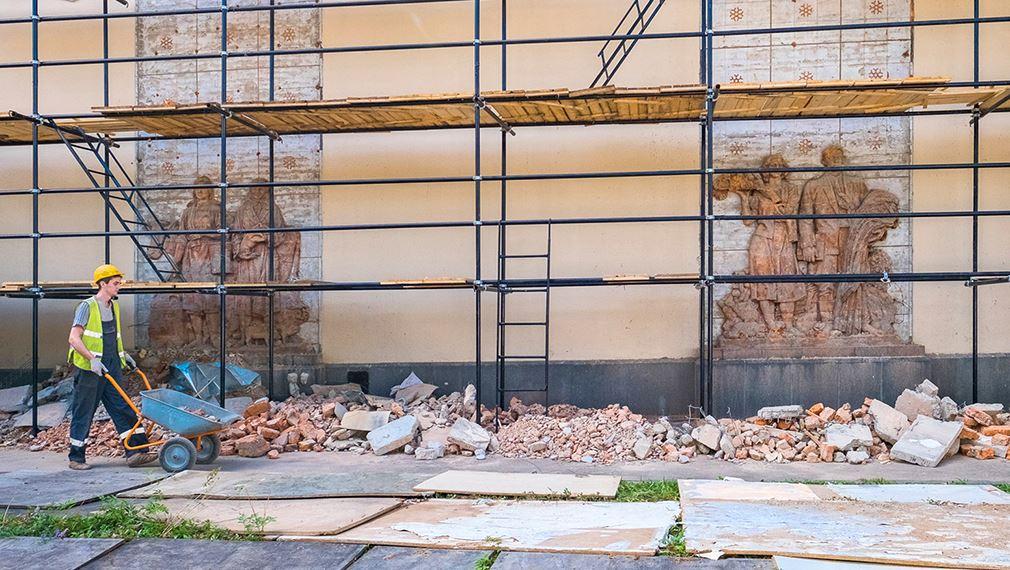 Обнаруженные барельефы на фасаде павильона Химия на ВДНХ