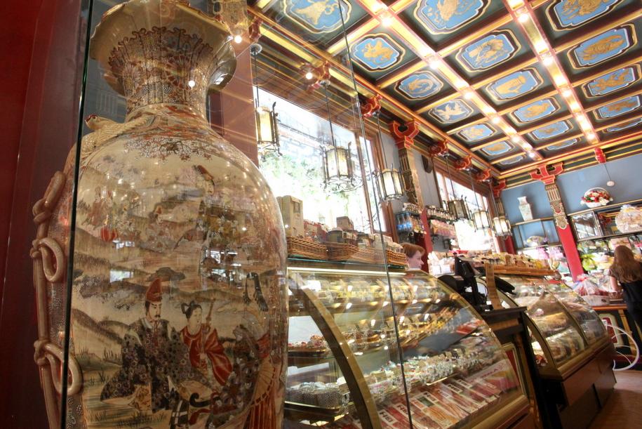 Фарфоровая ваза и витрины чайного дома Перлова на мясницкой улице