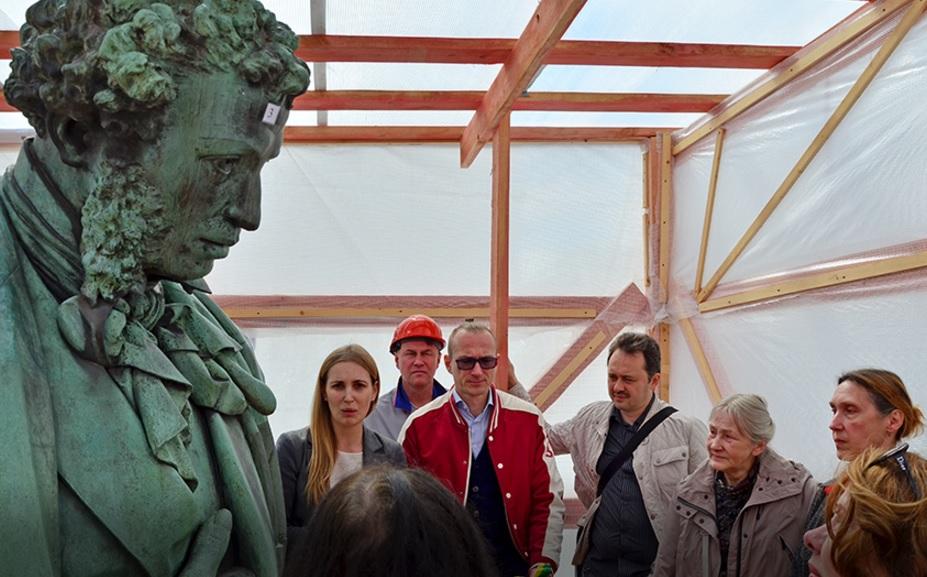 Реставраторы у памятника Пушкину на Пушкинской площади в Москве