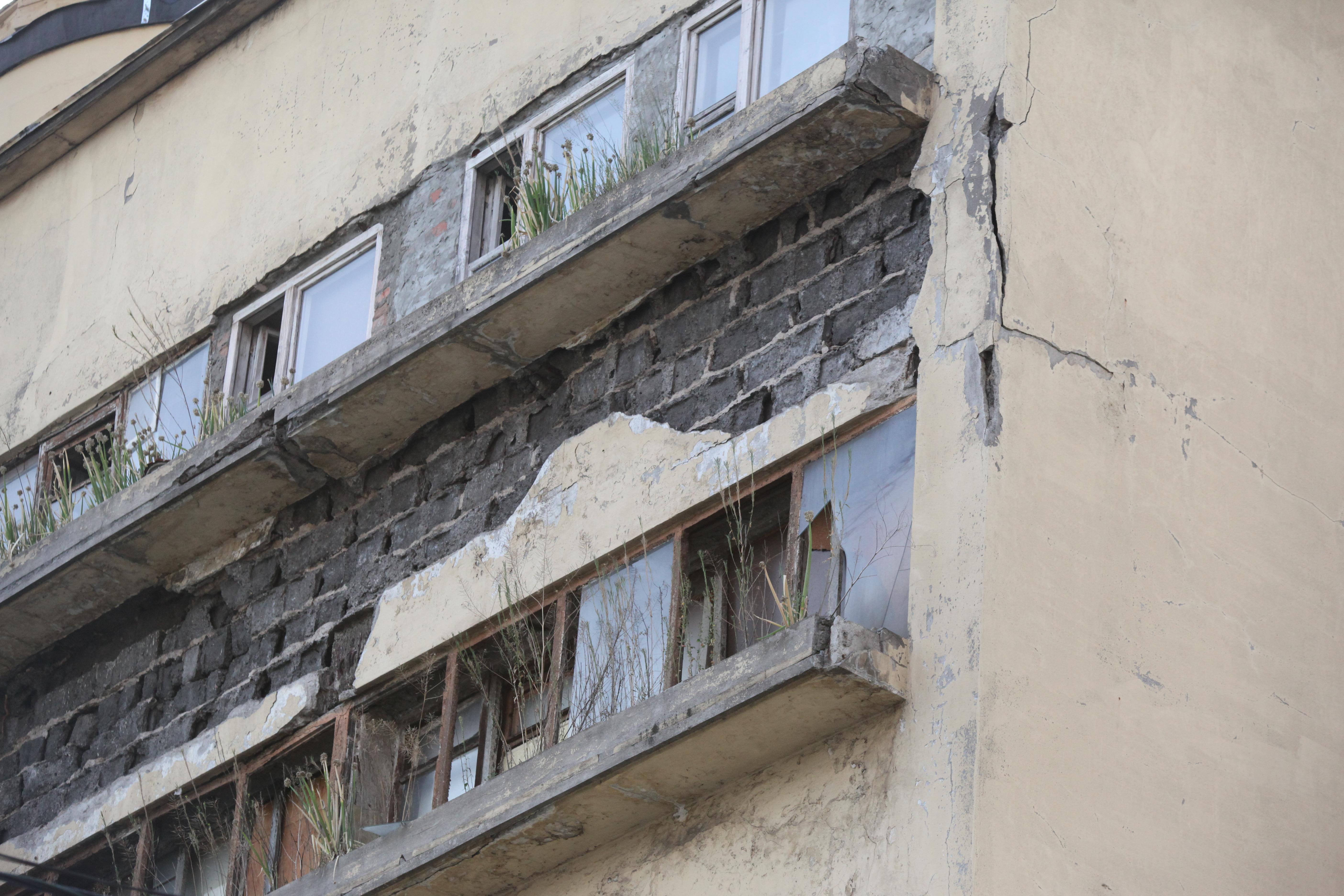 Фасад дома Наркомфина перед реставрацией