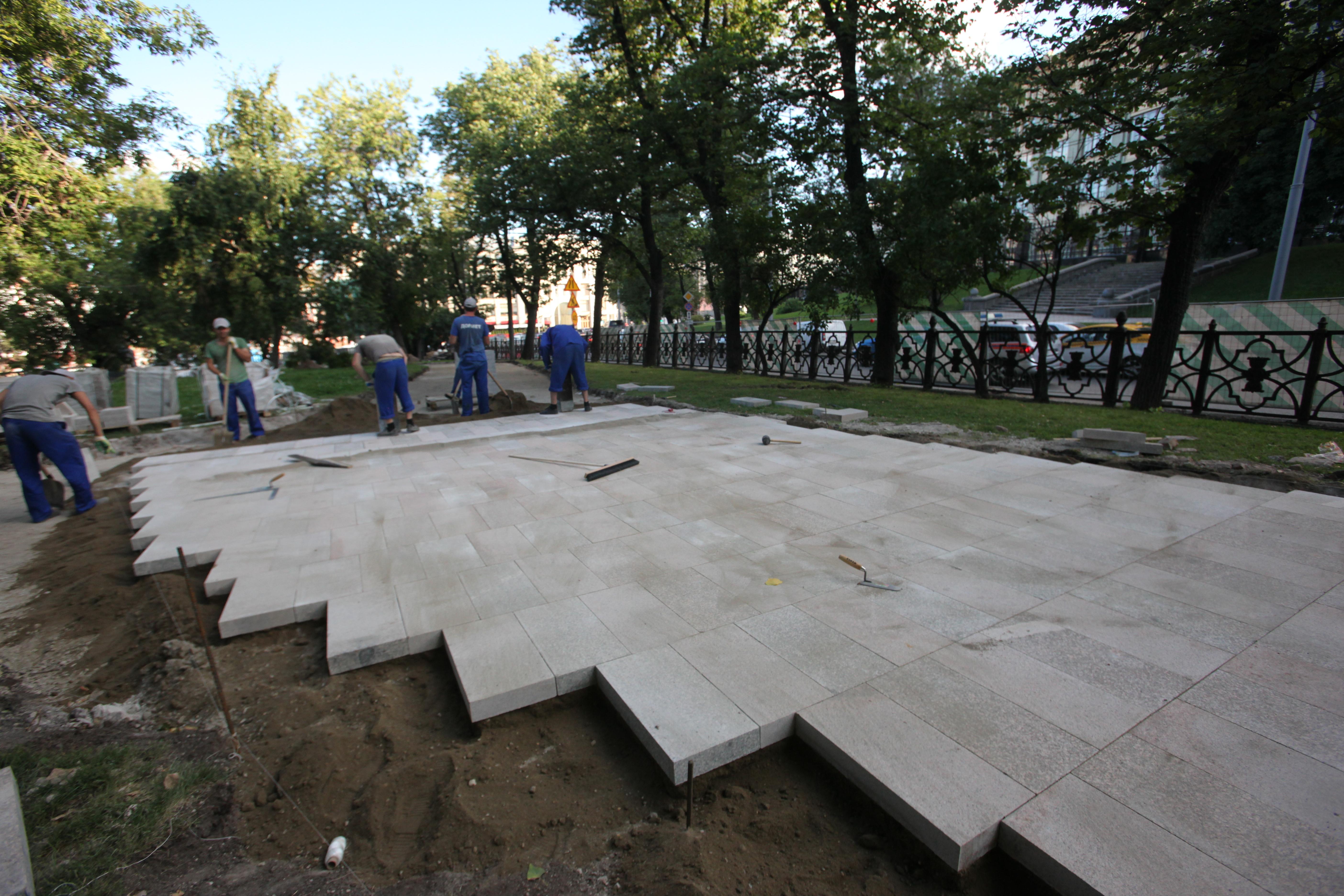 Укладка тротуарной плитки в Ильинском сквере