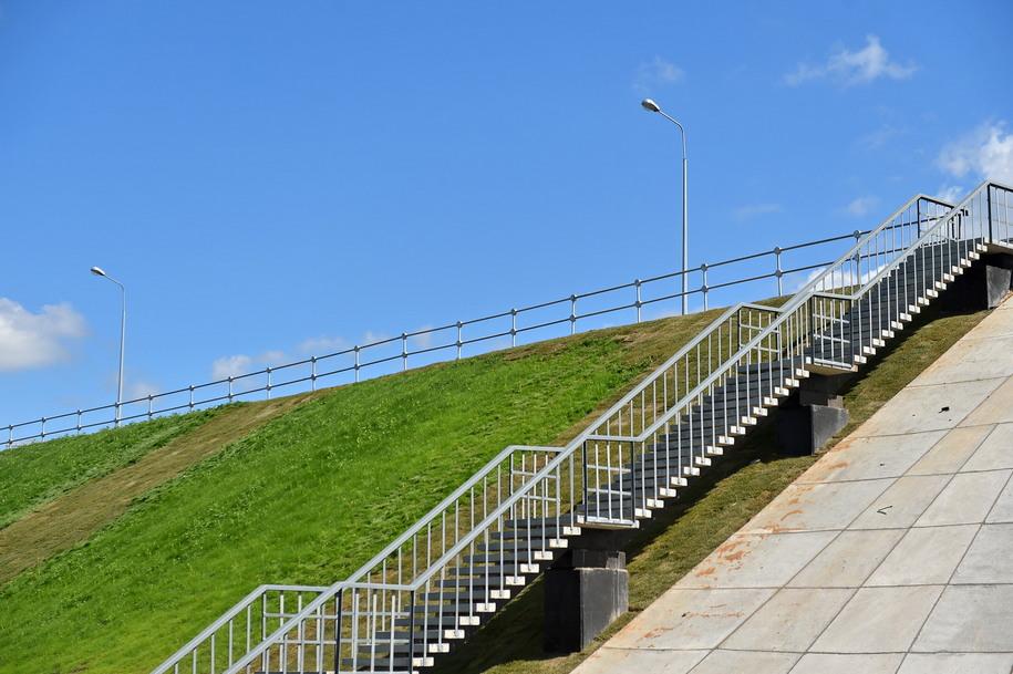 Лестница для пешеходов нового путепровода в Крекшине
