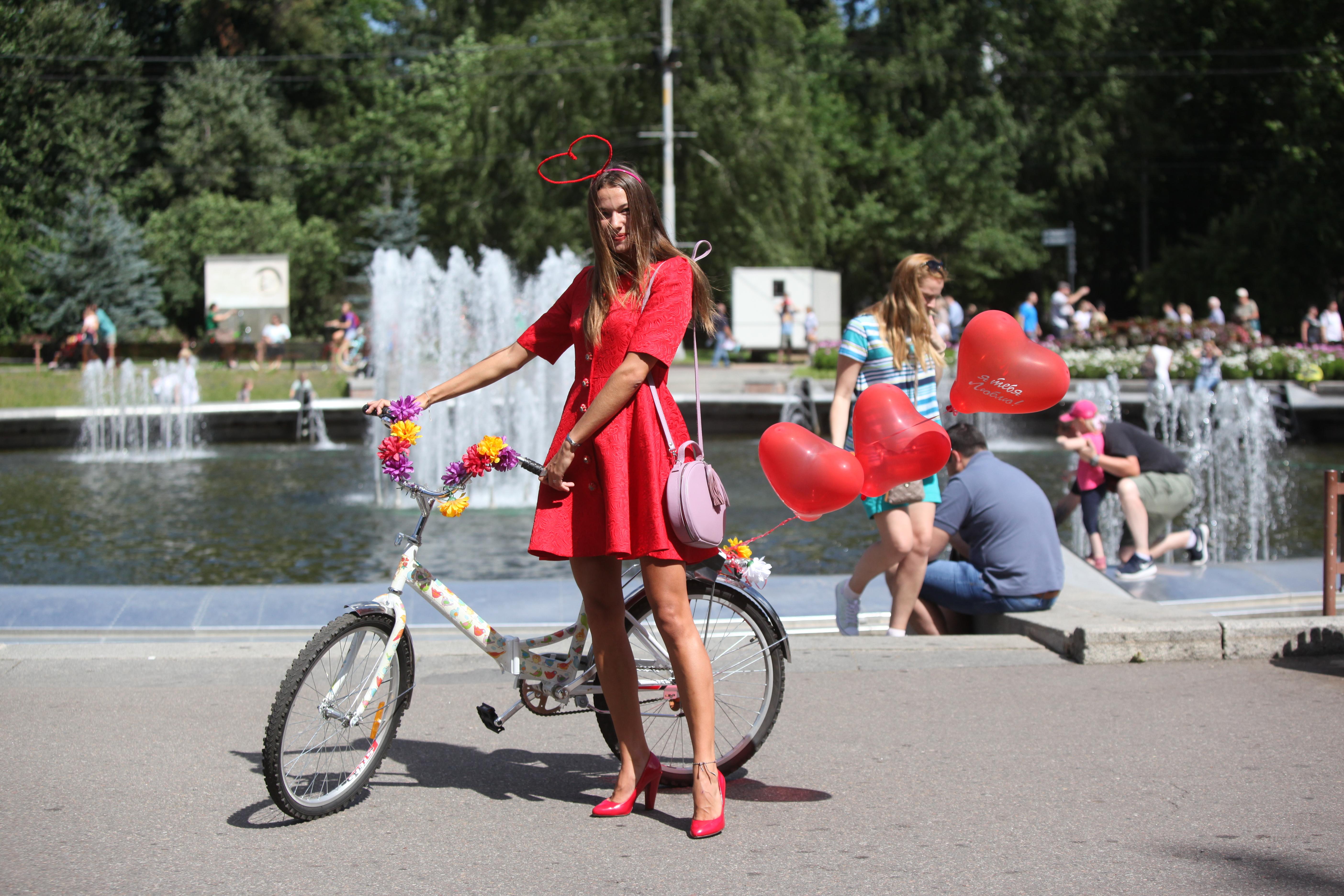 девушка рядом велосипедом на велопараде в Сокольниках