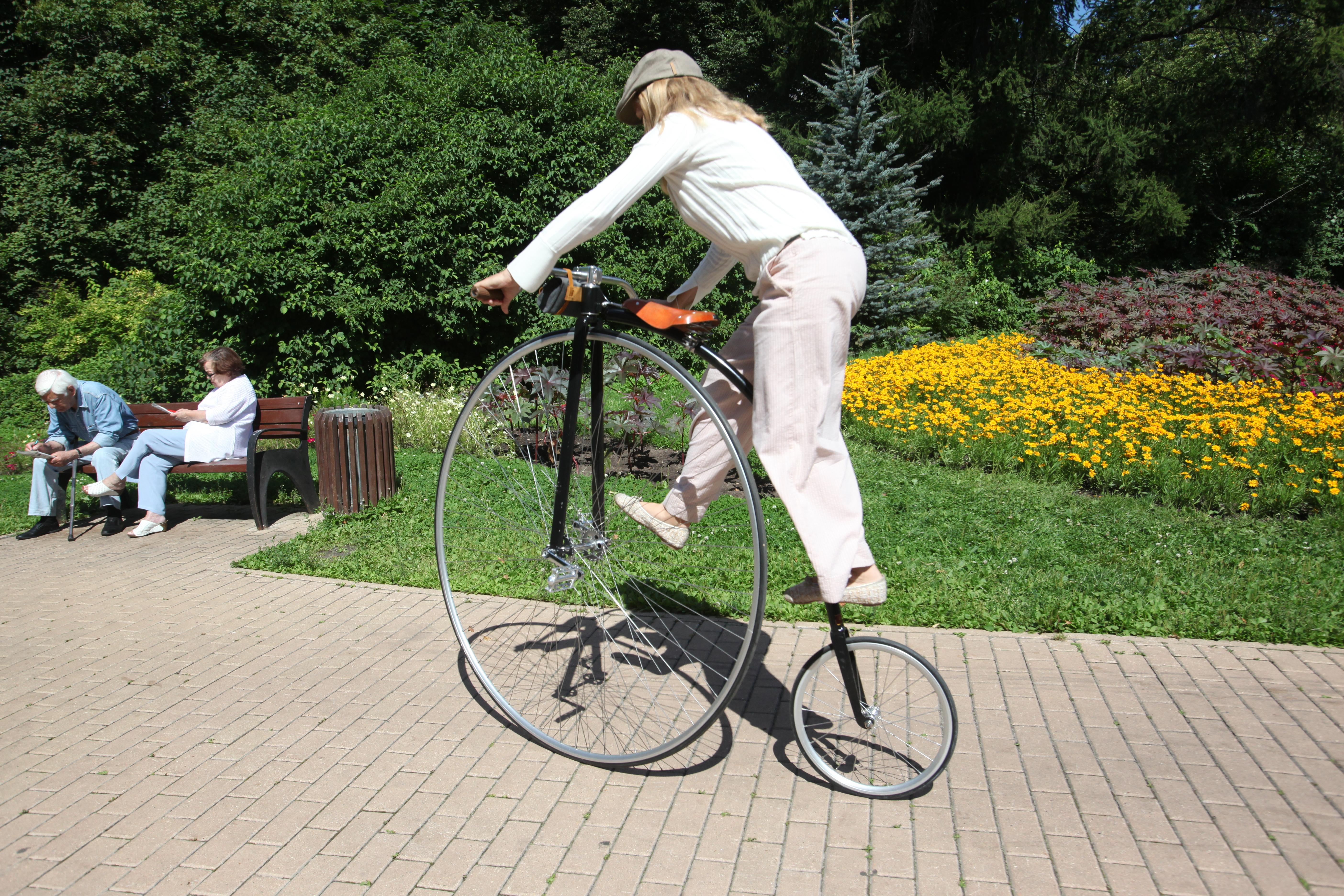 Участница велопарада в Сокольниках леди на велосипеде
