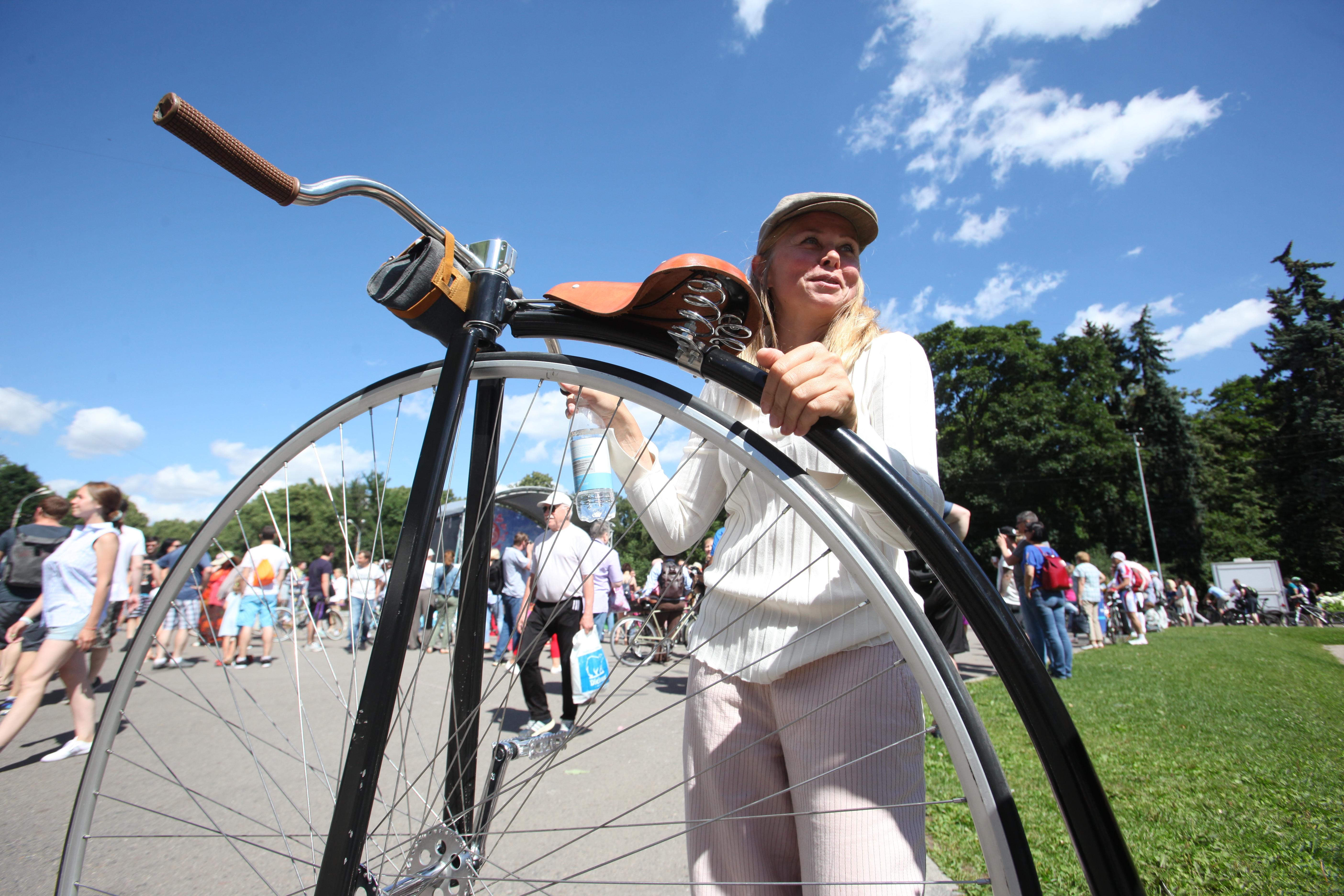 Участница велопарада в Сокольниках у своего старинного велосипеда