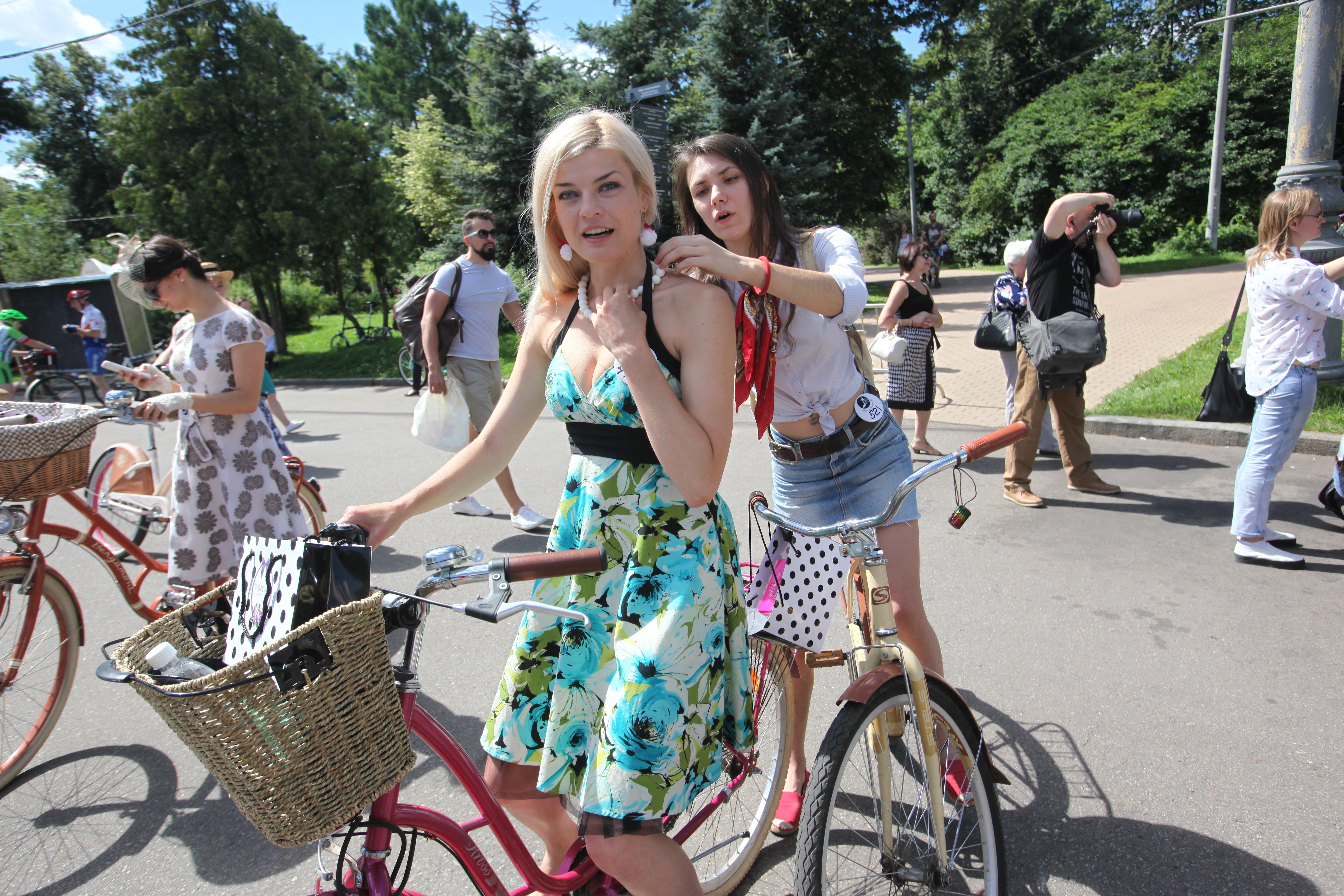 Участницы велопарада в Сокольниках леди на велосипеде