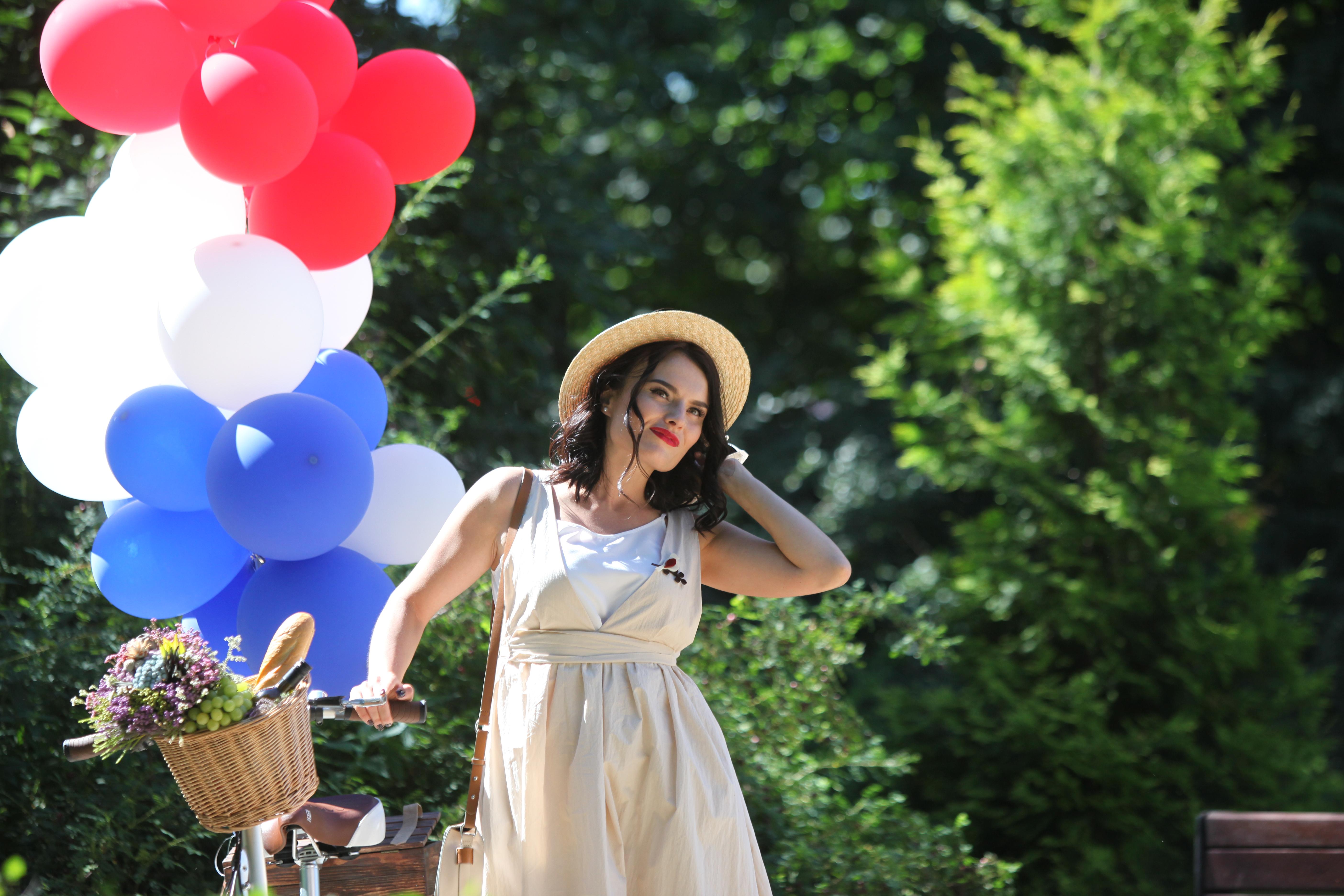Участница велопарада в Сокольниках леди на велосипеде в воздушными шариками