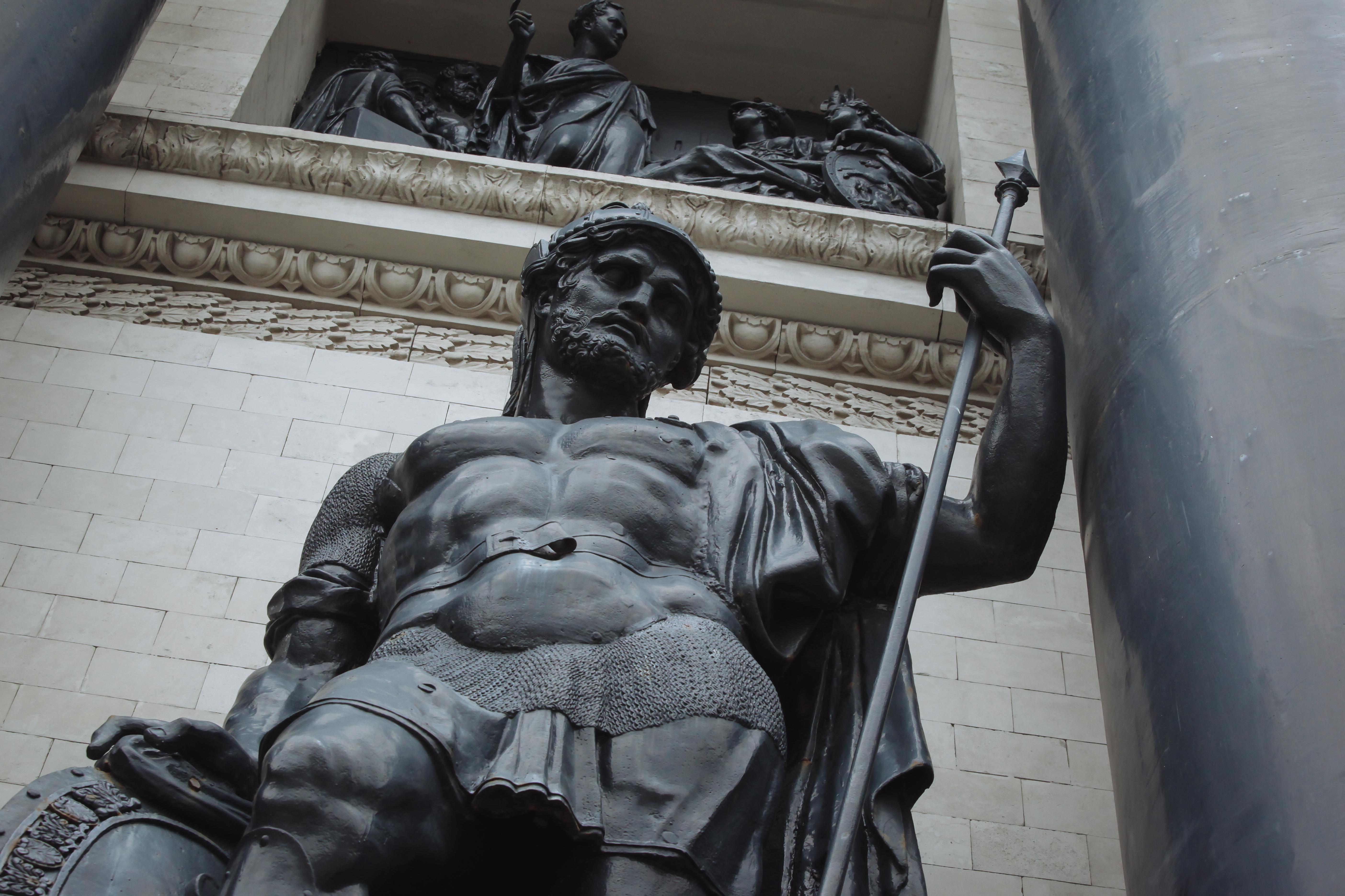 Скульптура древнего воина на Триумфальной арке на Кутузовском проспекте