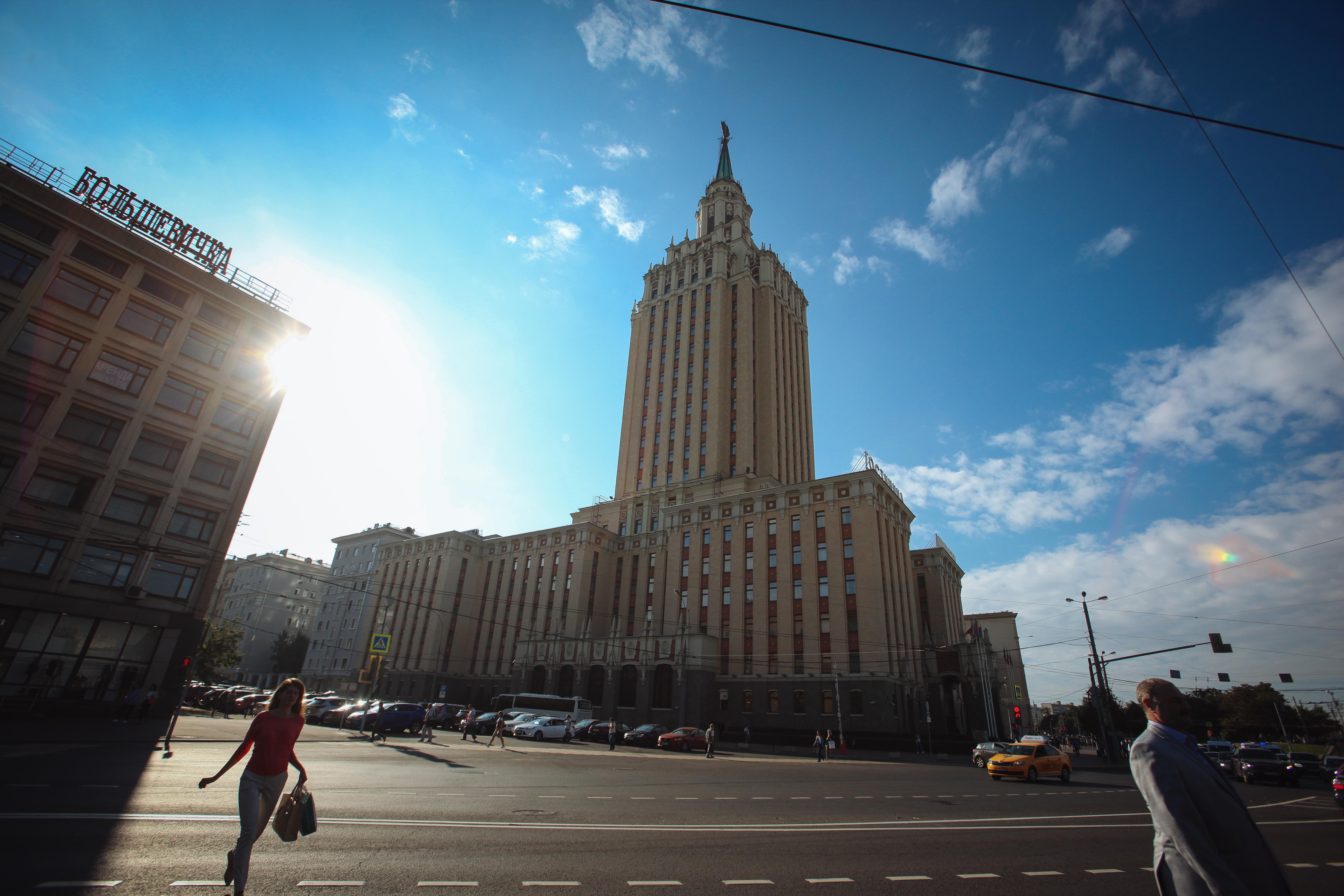 Здание гостиницы Ленинградская на Каланчевской улице у площади трех вокзалов