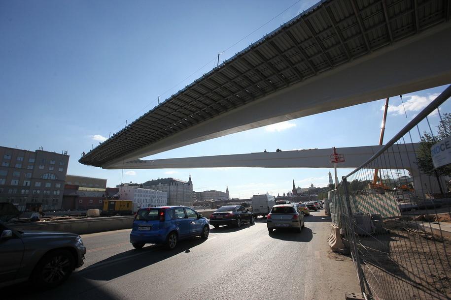 Машины под Парящим мостом парка Зарядье