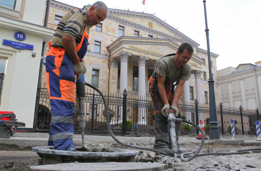 Рабочие с отбойными молотками на Петровке