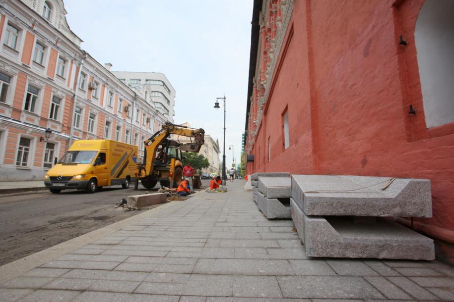 Укладка плитки на центральной улице Москвы