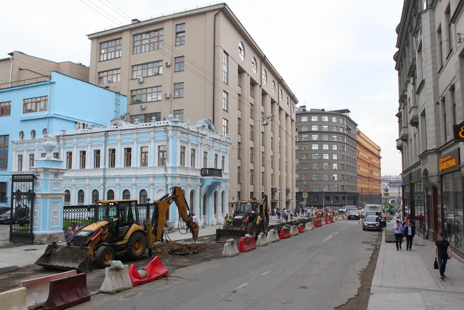 Ремонт дорожного покрытия на центральной улице Москвы
